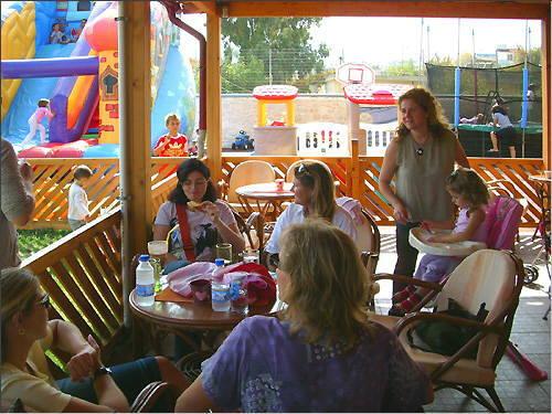 Kaffeetrinken im Fantasia children's land in Kavros